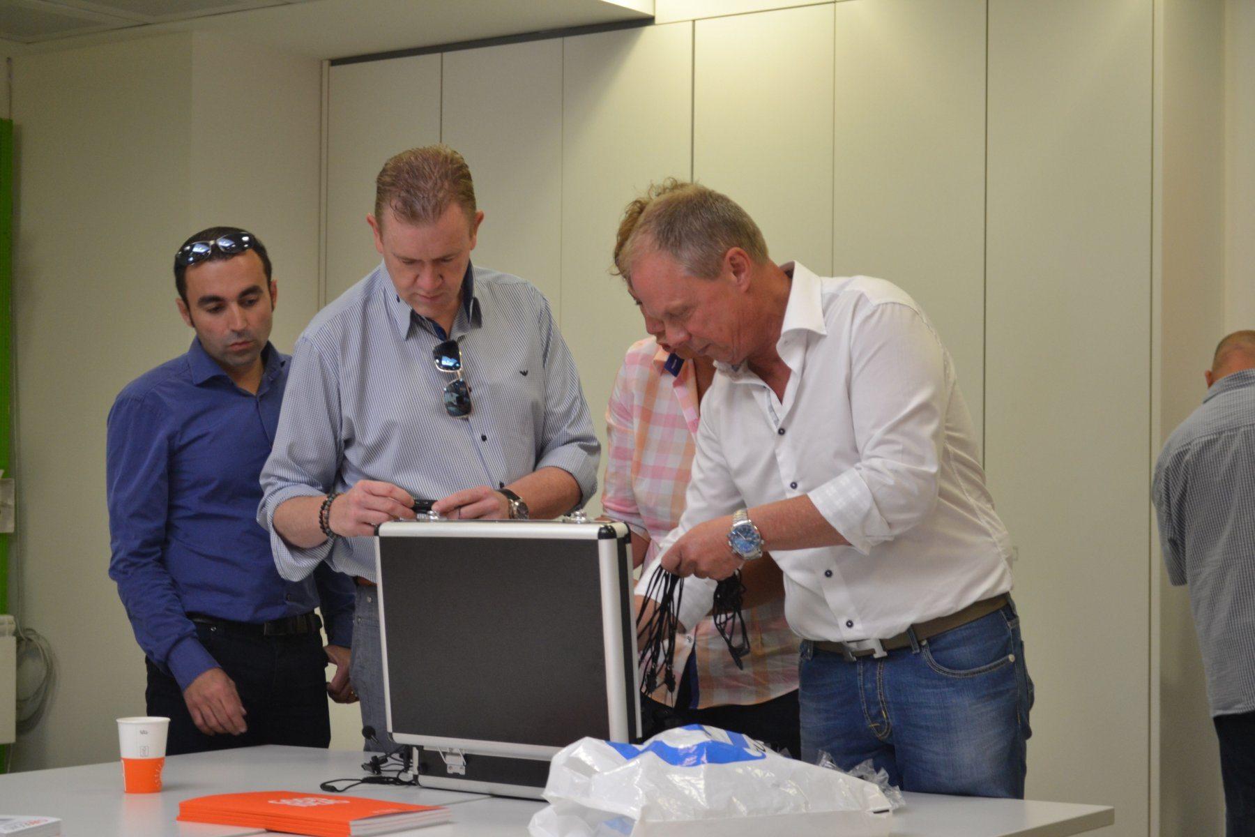 axitour-axiwi-begetube-communicatiesysteem-fabrieksrondleiding-communicatie-uitdelen